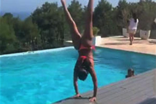 Vợ Messi lộn cầu vồng hai vòng xuống bể bơi gây choáng