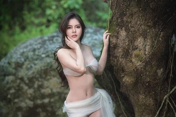 Thí sinh bỏ thi 'Hoa hậu Hoàn vũ Việt Nam' 2019 tung ảnh gợi cảm quá mức giữa núi rừng