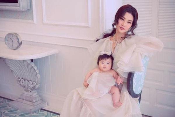 Con gái Đông Nhi gây 'sốt' khi lần đầu làm mẫu cùng mẹ