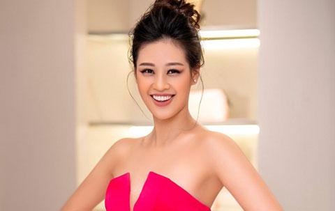 Hoa hậu Khánh Vân diện đầm hồng, khoe vai trần gợi cảm