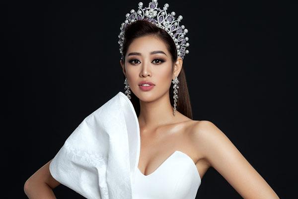 Hoa hậu Khánh Vân thần thái đỉnh cao, khoe vai trần quyến rũ