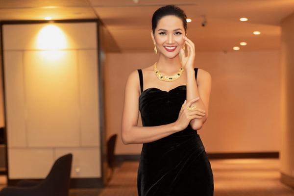 Hoa hậu H'Hen Niê huyền bí với gam màu đen