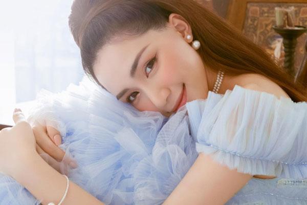 Hòa Minzy xinh đẹp như công chúa trong bộ ảnh mới