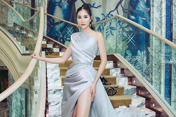 Hoàng Hạnh khoe chân dài 115cm với váy xẻ