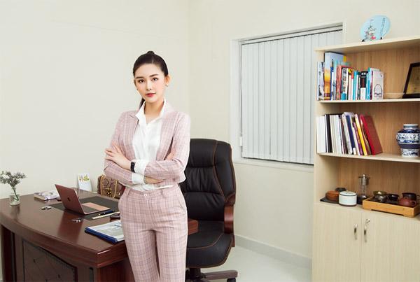 Lê Âu Ngân Anh hóa quý cô văn phòng năng động