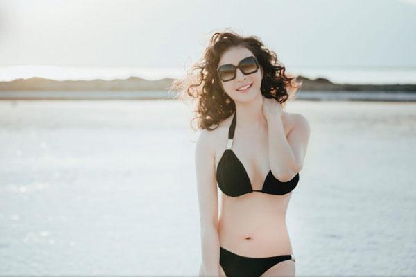 MC Thanh Mai mặc bikini, pose dáng tập Yoga giữa biển Chết
