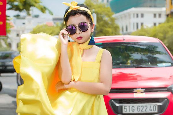 Mẫu nhí Quỳnh Anh tạo dáng chuyên nghiệp trước ống kính