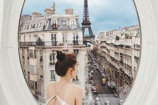 Ngọc Trinh ngắm tháp Eiffel từ cửa sổ khách sạn