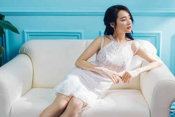 Nhã Phương quyến rũ, gợi cảm với váy trắng