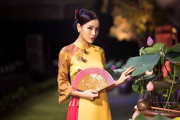 Hết gợi cảm, Phương Trinh Jolie thả dáng cùng áo dài
