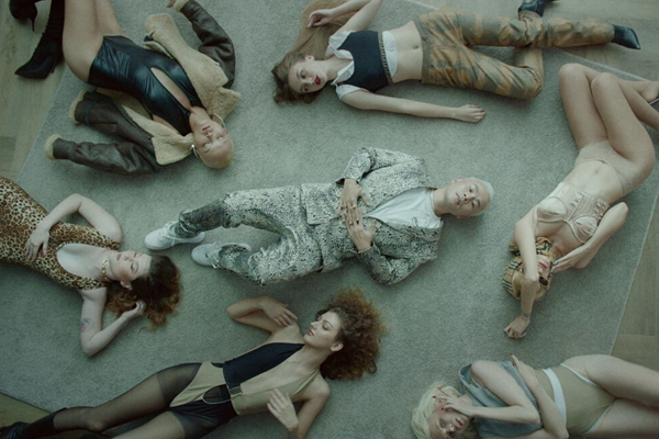 Binz mang nguyên dàn mẫu Tây nóng bỏng vào MV 'Quên Anh Đi'