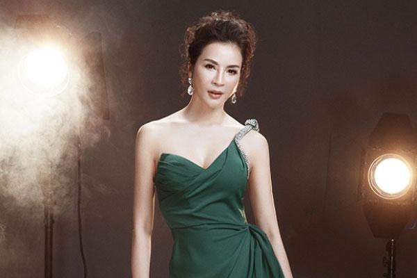 MC Thanh Mai khoe vóc dáng gợi cảm với đầm dạ hội