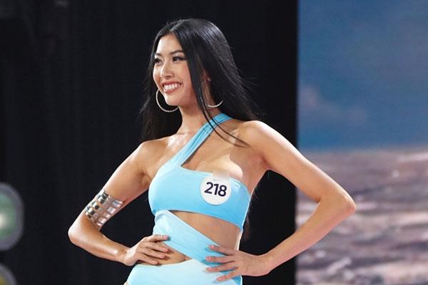 Thuý Vân gặp sự cố hở ngực khi trình diễn bikini
