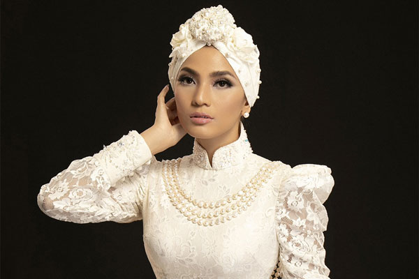Trương Thị May mặc áo dài quấn khăn Turban