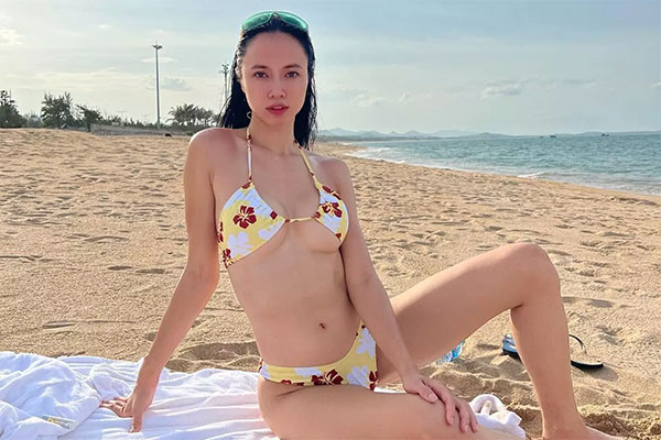 'Nữ hoàng cảnh nóng' Vũ Ngọc Anh mặc áo tắm khoét hông cao, tăng độ sexy