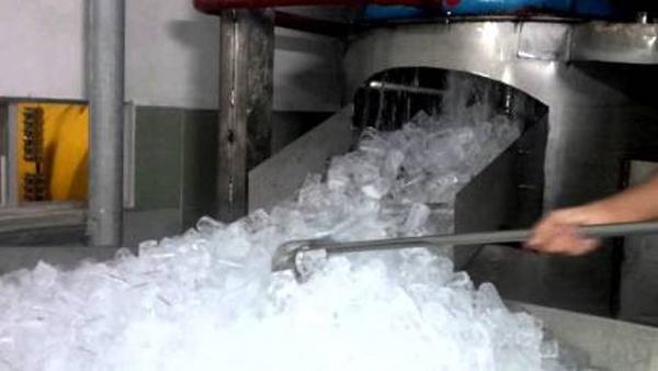 Bán đá lạnh: Nghề 'chảnh' ngày nắng nóng kỷ lục vẫn kiếm bộn tiền 2 triệu đồng/ngày