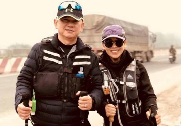 Cặp vợ chồng Việt kiều ngoài 60 tuổi đi bộ xuyên Việt