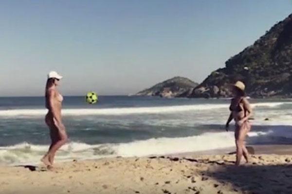 Hotgirl nóng bỏng tâng bóng như Ronaldo trên bãi biển