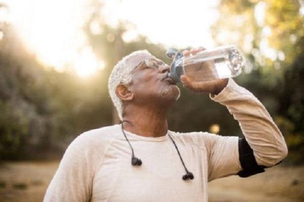 5 lầm tưởng thông thường về việc uống nước đúng cách